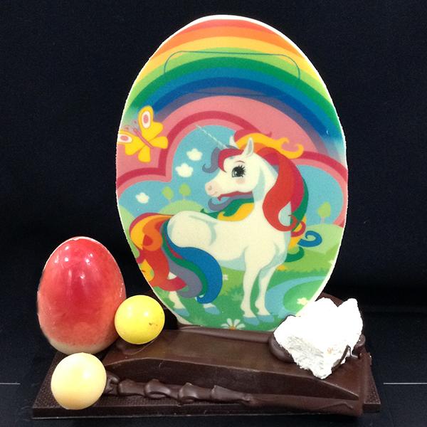 mona de pasqua de xocolata unicorn amb arc de sant martí de colors