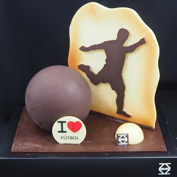mona de pasqua de xocolata figura de fútbol i pilota