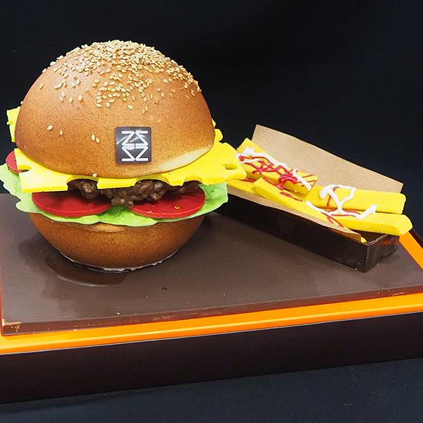 Mona de pasqua de xocolata hamburguesa amb patates fregides