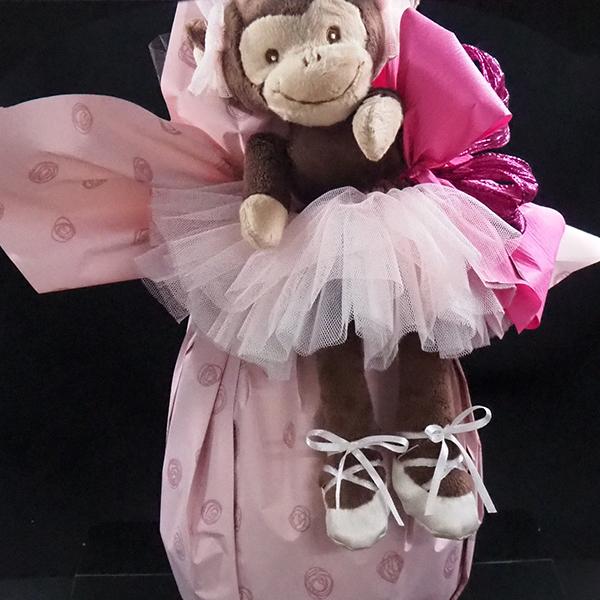 huevo de pascua de chocolate envuelto con muñeco mono rosa