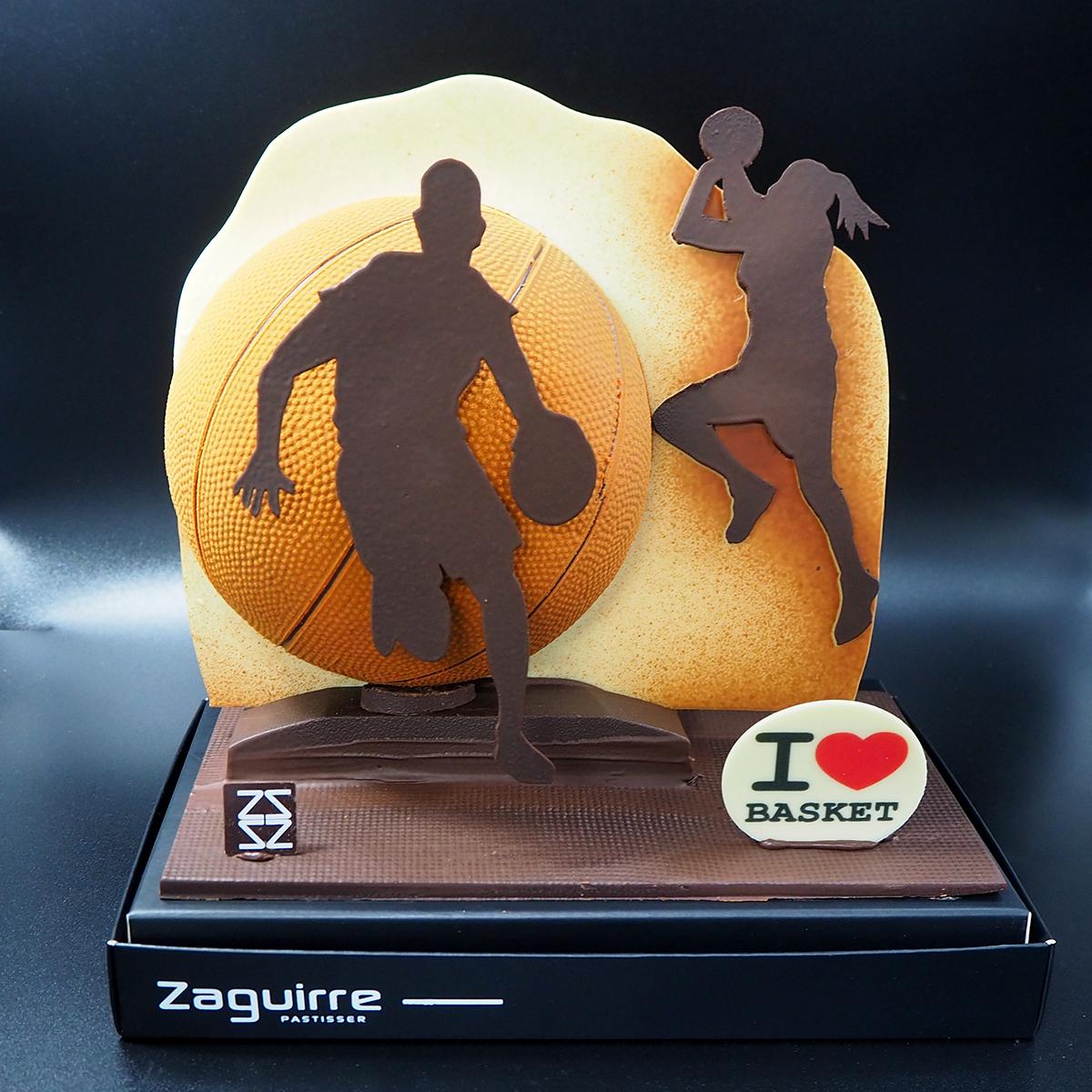 Mona de pascua de chocolate con jugador y jugadora de baloncesto