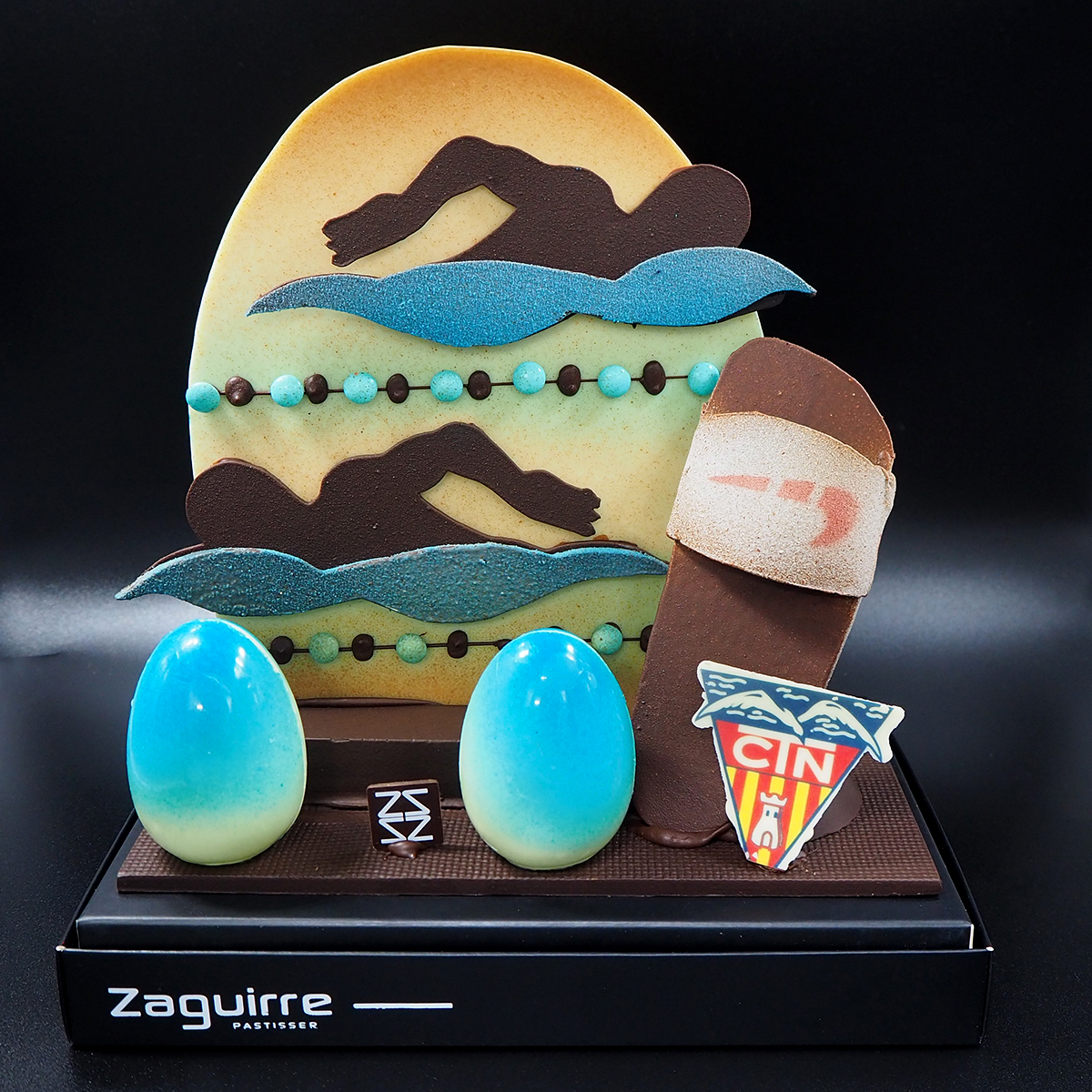 Mona de pascua de chocolate de natación con nadador y nadadora