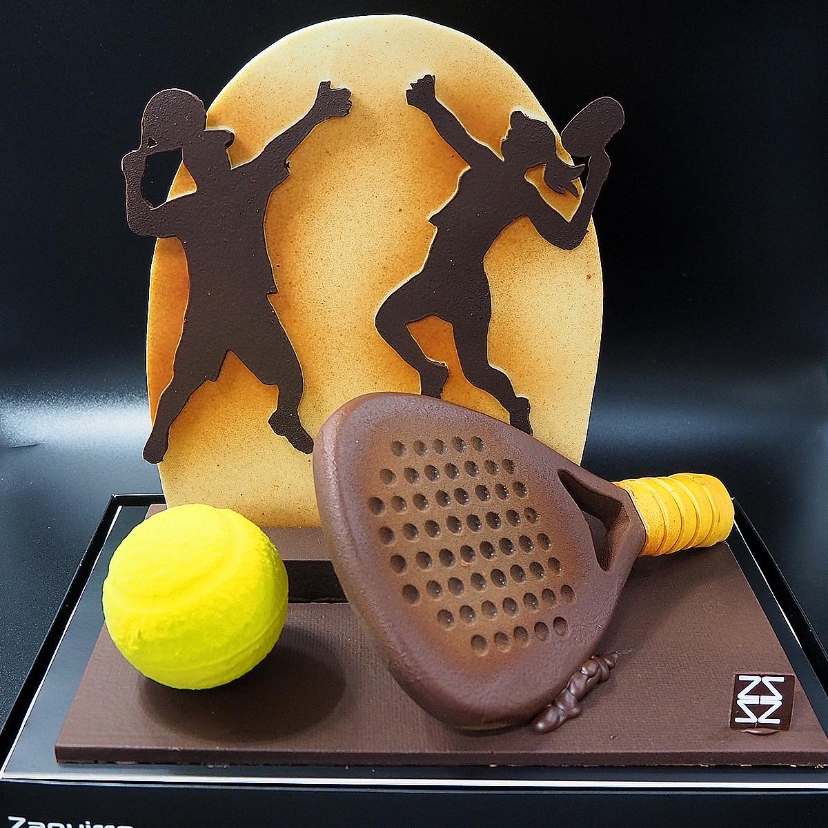 Mona de pascua de chocolate con jugador y jugadora de padel
