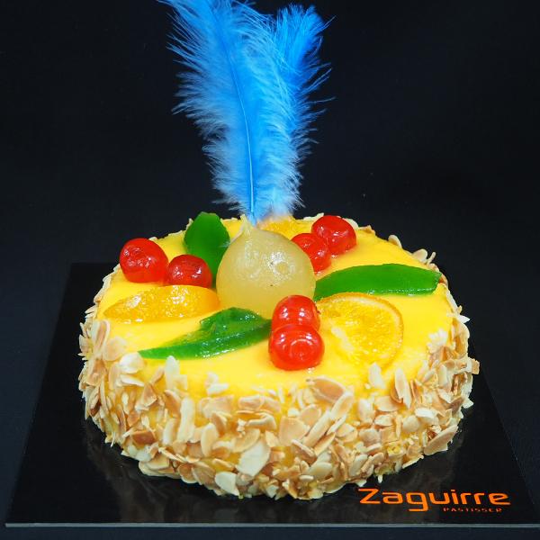 pastel mona de pascua de frutas con plumas