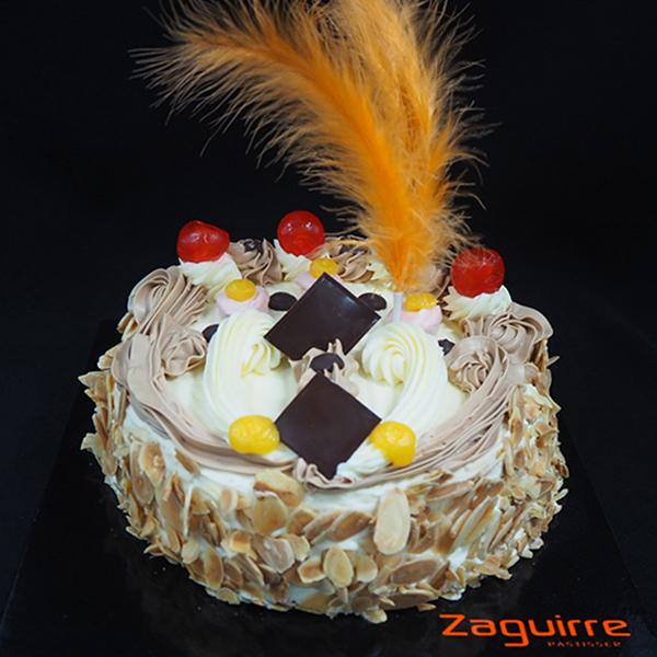 pastel mona de pascua de mantequilla con plumas