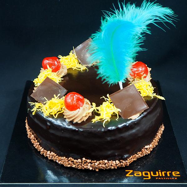 pastel mona de pascua sacher chocolate con plumas